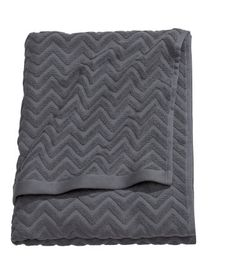 Light gray. Bath towel in cotton terry with a jacquard-weave zigzag pattern. Hanger loops on short sides.