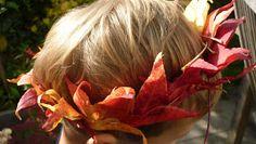 Noch ist Herbst und bunte Blätter findet man auch noch. Deshalb zeige ich euch heute wie Blätterkronen gemacht werden. Für die Kronen eigne...