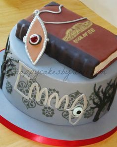 Oh my godddd it's a house of anubis cake. I want one for my birthday cake! House Of Anubis, Geeks, House Of Night, My Birthday Cake, Good House, Fancy Cakes, Pretty Cakes, I Love Food, No Bake Cake