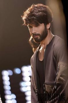Shahid Kapoor is an Indian Actor who appears in Hindi Movies.He Marries with Mira Rajput and have 2 children.Here we discuss about Shahid Kapoor Biography. Indian Celebrities, Bollywood Celebrities, Bollywood Actress, Peinados Punk Rock, Hair And Beard Styles, Long Hair Styles, Best Poses For Men, Bollywood Hairstyles, Beard Look