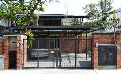 Front Porch Gate Style — Bistrodre Porch And Landscape Ideas : A Car Front Porch Gate Modern Tropical House, Tropical Houses, Gate House, Facade House, House With Porch, House Front, Front Porch, Gate Design, House Design