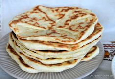 Placinta la tigaie cu branza, cartofi, varza sau magiun | Savori Urbane Veg Recipes, Bread Recipes, Chicken Recipes, Cooking Recipes, Tapas, Romanian Food, Pastry And Bakery, Dough Recipe, Soul Food