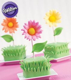 Miniature flower cakes from @Wilton Cake Decorating Cake Decorating Cake Decorating
