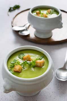 "5 Ingredient Pea and Mint Soup and the launch of ""The 5 Ingredient Dinner"". Get your free copy now! Veggie Recipes, Vegetarian Recipes, Cooking Recipes, Healthy Recipes, Healthy Soups, Vegetarian Soup, Chili Recipes, Best Lentil Soup Recipe, Pea And Mint Soup"