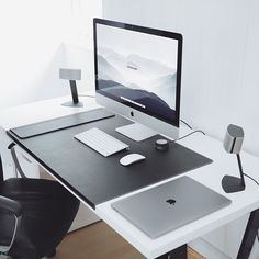 Love a clean workspace. Wallpaper is from ultralinx.com. #minimalsetups @minimalsetups @ultralinxfeed