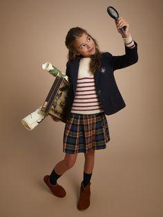 Inspiration campus, la veste en milano réinterpréte l'uniforme scolaire avec féminité. Nouvelle ligne, tissu de qualité, tomber parfait, notre veste bouscule les classiques et crée des silhouettes tendance. Maille Milano 100% coton.  La maille Milano est d'origine Européenne. Il s'agit d'une matière ferme et souple en 100% coton. Les produits en Milano ont l'avantage de proposer un tomber impeccable et ils sont faciles d'entretien.