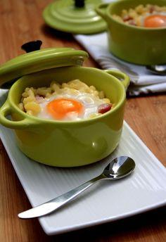 Parce que c'est bon rapide et facile, voici la recette des pâtes à la carbonara façon œufs cocottes ! Ingrédients : (pour 4 personnes) 120g de coquillettes 3 cuil. à soupe de crème fraiche une petite barquette de lardons un peu de parmesan fraichement...