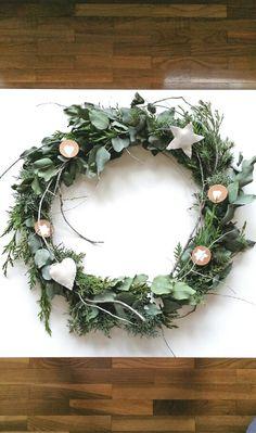I love this Christmas wreath! Christmas ornaments like this are from my new inspiration! My scandinavian xmas! Inspiración nórdica para navidad. Corona de eucalipto y ciprés.