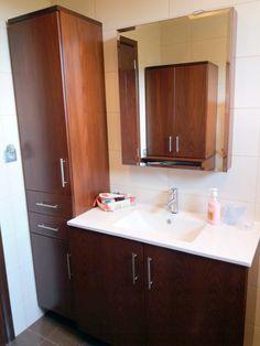 Έπιπλο μπάνιου με στήλη και καθρέφτη με χώρο αποθήκευσης.