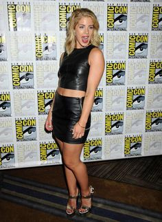 Emily Bett Rickards in a black leather outfit at the Arrow Press Line at Comic Con Emily Bett Rickards Bikini, Emily Rickards, Arrow Felicity, Felicity Smoak, Foto Picture, Young Models, Sexy Legs, Sexy Women, Mini Skirts
