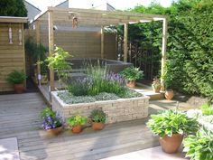 Tuin met houten vlonder
