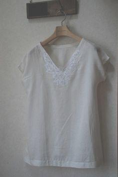 ハンドメイドで大人服を作ってみませんか?まずは簡単なチュニックから。肩と脇を縫って袖と裾の始末さえすれば形になるチュニックはソーイング初心者の方でも簡単にできます。バイアスの始末の方法や衿の作り方などご紹介します。