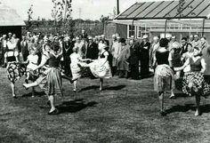 Opening van de kinderboerderij in het Beatrixpark door Burgemeester Peek