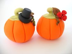 Halloween in DaWanda An adorable, fun wedding cake topper, featuring pumpkin bride and groom.  The perfect wedding cake topper for a fall wedding. Fits perfectly with the fall colors.  The groom pumpkin is wearing a...