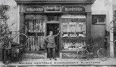 ... Couvrat devant son magasin en 1913, rue de la Paix.
