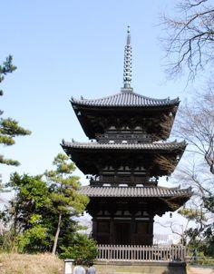 Dreistöckige Pagode - Diese wurde 1914 vom Tomyoji Temple aus dem Dorf Kamo im Kreis Soraku, Kyoto, hierher versetzt. Während der  Zeit des Kaiser Shomu (735) wurde der Tomyoji Temple gebaut. Man geht davon aus, dass die Pagode in der Muromachi Periode erbaut wurde, da es dem Stil dieser Zeit entspricht. Dies ist die älteste Pagode in der Kanto Region.