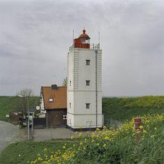 Andijk. De Ven: toren met gepleisterde gevels en geblokte hoekstenen en een lichthuis met koepel. Vuurtoren De Ven, is een witte vierkante bakstenen vuurtoren aan de IJsselmeerdijk in het dorp Oosterdijk ongeveer vier kilometer van Enkhuizen. De toren is gebouwd in 1699-1700 en is hiermee een van de oudste vuurtorens van Nederland. De toren heeft een hoogte van 15 meter en de lichthoogte is 17 meter. Wit Licht gedurende 2,5 seconden op elke 10 seconden.