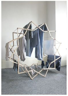 Clothes Horse di Aaron Dunkerton.  http://www.aarondunkerton.com/clothes-horse.html