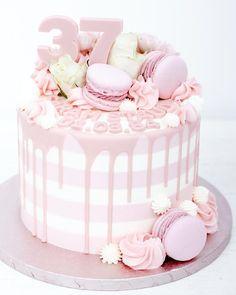 Hallo ihr Lieben So richtig frühlingshaft hat es sich gestern und heute nicht angefühlt Wir hoffen einfach mal auf die nächsten Tage und wünschen Euch mit dieser rosa Geburstagstorte einen schönen Abend ________________________________________ #geburstagsgeschenk #kindergeburtstag #birthdaycake #birthdayparty #cookielove #cookielovers #backwaren #dankbar #geburtstagstorte #geburtstag #birthdaygirl #dripcakeideas #dripcakes #dripcake #instafood #cakesofinstagram #cakedecor #macarronslovers… Cake Pops, Mac, Birthday Cake, Cupcakes, Cookies, Desserts, Pink, Cake Ideas, Dessert Ideas