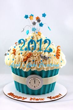 New Year's Eve Cupcakes New Year's Cupcakes, Giant Cupcake Cakes, Large Cupcake, Small Cake, Yummy Cupcakes, Fondant Cakes, Party Cupcakes, New Year's Desserts, Christmas Desserts