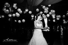 esta fue la boda de una amiga en guate. El techo era de tela con las bolas chinas con una iluminación amarilla super romántica y el resto de las luces apagadas. Se veía super lindo