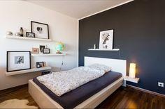 Wunderschöner Schlafbereich in toller 1-Zimmer-Wohnung in Frankfurt am Main mit dunklem Parkett.