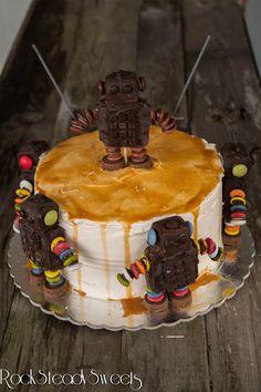 Mr. Roboto cake,drip cake tarta vegana de chocolate y caramelo  decoración no vegana.