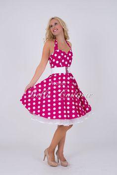 Zuckersüßes 50er Jahre Petticoat Kleid Modell Bubblegum pink Das Petticoatkleid wird aus einem angenehmen Baumwollstoff in pink mit großen weißen Punkten gefertigt. Das blickdichte Oberteil hat einen Herzausschnitt, der durch die Gummiraffung am Dekolleté schön zur Geltung kommt. Die Neckholder können praktisch im Nacken zusammengebunden werden. Der Rücken ist mit Gummismok versehen für eine optimale …