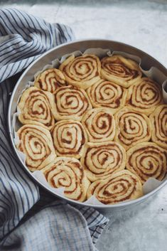 Nemme snaskede kanelsnegle Apple Pie, Chocolate Cake, Food And Drink, Sweets, Cookies, Baking, Desserts, Slik, Chicolate Cake