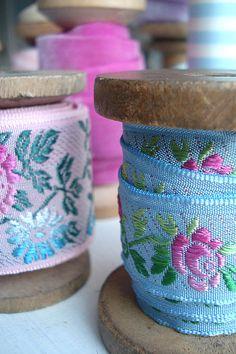 Such Pretty Things: Pretty Organized: Vintage Ribbon Spools Ribbon Wrap, Diy Ribbon, Lace Ribbon, Fabric Ribbon, Ribbon Embroidery, Ribbon In The Sky, Ribbon Storage, Passementerie, Sewing Notions