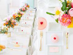 mesa posta simples com flores ao centro e talheres dourados.