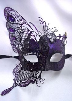 I love how this mask is half butterfly and the black and purple go well together. ^.^