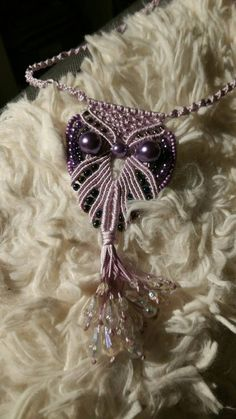 Macrame Necklace: large lilac owl with beads von FransMacrame