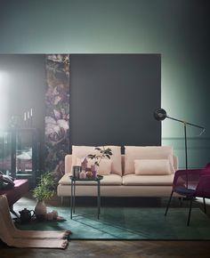 IKEA – harmaat ja vihreät kalusteet, vihreä matto ja tarjotinpöytä. Kuvassa myös roosanvärinen SÖDERHAMN-sohva.
