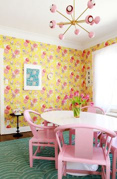 Retro dining room makeover features yellow and pink floral wallpaper, a pink and brass chandelier, and pink accents. Yellow Dining Room, Dining Room Walls, Striped Accent Walls, Green Velvet Sofa, Dark Wood Cabinets, All White Kitchen, White Rooms, Location, Decoration