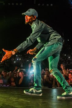 Chris Brown Discover Christopher Maurice Brown give me your hands. Chris Brown Videos, Chris Brown Pictures, Chris Brown Style, Breezy Chris Brown, Chris Brown Wallpaper, Chirs Brown, Buffalo Check Pillows, Just Beautiful Men, Brown Aesthetic