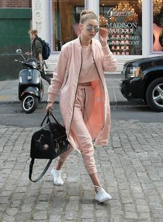 Awesome Gigi Hadid Sneakers Outfit on The Summer Street that You Must Look - Fashion Best Sporty Outfits, Sporty Style, Mode Outfits, Fashion Outfits, Fashion Trends, Fashionable Outfits, Sporty Chic, Sporty Look, Fashion News