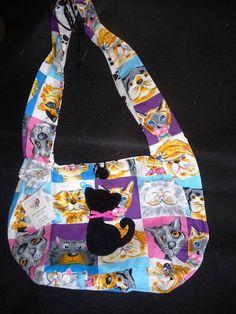 Bolsa em tecido de algodão com fechamento em zíper e detalhes em patch colagem e feltro. R$ 35,00
