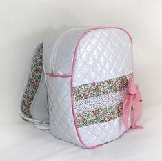 mochila-infantil-patronesinfantiles Kit Mochila, Backpack Tutorial, Patchwork Quilt, Little Girl Skirts, Toddler Backpack, Handmade Bags, My Bags, Zipper Pouch, Diy Clothes