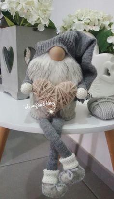 Gnomo realizzato con pannolenci. .colori shabby. .gambe molli. .riciclo vecchio maglione -le creazioni di kleopy
