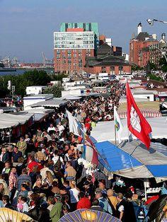 #Fischmarkt jeden Sonntag bis 09.30 Uhr am #Hamburger #Hafen / Fish market every Sunday until 09:30AM at Hamburg Port [Foto: Wolfgang Meinhart, Lizenz: GFDL (http://www.gnu.org/copyleft/fdl.html)]