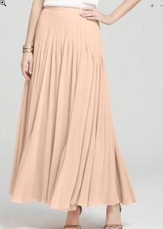 15 Summer Classics Every Woman Should Have In Her Closet Long, Flowing Skirt Effortless and chic, a long flowing skirt with a simple top is a great casual daytime look. Make this cool and easy look. 50 Y Fabuloso, Over 60 Fashion, 50 Fashion, Couture, Spring Dresses, Maxis, Modest Fashion, Pretty Outfits, Nice Dresses