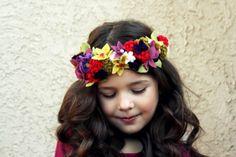 フェルトのお花で作った花冠。あたっても怪我をしませんし、安心です。冬素材で暖かそうなのもいいですね。柔らかい素材で作るとお母さんは安心ですね。