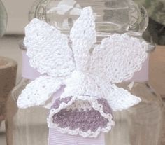 Use this flower crochet pattern to crochet a very realistic orchid. In this craft, the orchid is glued to a ribbon and used to decorate a glass jar, but you can turn into a pin or other craft.
