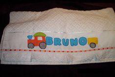 Toalha de banho med 67 x 1,40  Personalizada  Acabamento com bordado ingles e fita de cetim de acordo   com a cor do nome R$ 45,00