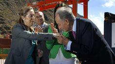 Los papeles de Bárcenas confirman que OHL y ACS entregaron dinero negro al PP. El presidente de OHL, Juan Miguel Villar Mir, saluda a la ministra de Fomento tras la inauguración de la