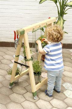 """Los huertos urbanos no pueden estar más de moda. Si tienes un espacio al sol, ¿por qué no te planteas tener tu huertito de aromáticas y verduras """"mini""""? Puedes hacer un jardín colgante a partir de un caballete o borriqueta de madera plegable, de esos que todos tenemos en casa (y no sabemos qué hacer con ellos). A partir de un diseño de Estudio Disolvente y con materiales de  Leroy Merlin, crearemos un """"borrihuerto"""" urbano que llenará tu balcón, terraza o cocina de frescor."""