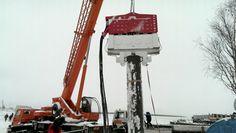Rusya - Arhangelsk'teki liman ve yat park yerleri yapımında Özkanlar Makine'nin ürettiği SVR 80 NF vinçe asılı vibrasyonlu çakma/sökme makinesi kullanılmaktadır.