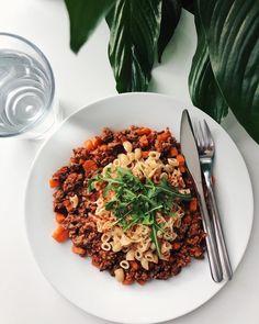 """Middagstips🍝 stek karbonadedeig, og tilsett gulrot-biter og rødløk. Vend inn hakkede #tomater på boks, sukkerfri #ketchup, litt vann og #krydder. Kok opp makaroni, og topp med revet ost og ruccola! Enjoy🤤 #middag #tips  #strongbodymat @treningsliv…"""" favfood recept köttfärssås bolognese morot morötter rödlök lök Risotto, Bolognese, Ketchup, Ethnic Recipes, Food, Essen, Meals, Yemek, Eten"""