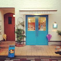 Parapluie. 青い扉がとってもかわいいパン屋さん♡  ドイツパンとかを買った。  #bakery #bread #Padgram